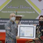 Winarti Menerima Penghargaan BKN Award 2021